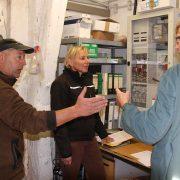 Tierarzt Dr. Christoph Geuchen bespricht seinen Besuch mit Sabine und Michael Mölder